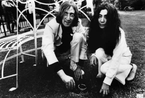 680615-john-lennon-yoko-ono-coventry-cathedral_01-580x392